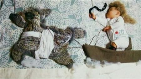 9月27日、東京在住の漫画家、小出真朱さん夫妻が出版した写真集「ねぞうアートの本 寝ている間にHAPPY赤ちゃん写真」(ぶんか社刊)が、子どもを持つ親たちの間などで話題となっている。写真は映像から(2012年 ロイター/ロイターTV)