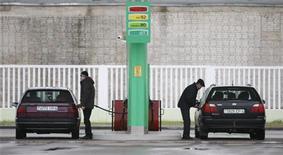 Водители заправляют автомобили на заправке под Минском, 3 декабря 2011 года. Государственный концерн Белнефтехим со среды четвертый раз за год повысил цены на бензин и дизельное топливо в среднем на 5 процентов, говорится в сообщении концерна. REUTERS/Vladimir Nikolsky
