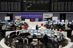Трейдеры работают в зале Франкфуртской фондовой биржи, 2 октября 2012 г. Европейские акции малоподвижны на фоне неопределенной ситуации в Испании и новых признаков замедления китайской экономики. EUTERS/Amanda Andersen