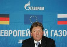 Глава Газпрома Алексей Миллер на пресс-конференции в Бабаево под Вологдой по случаю запуска строительства трубопровода Северный поток по дну Балтики 9 декабря 2005. Литва требует от Газпрома 5 миллиардов литов ($1,87 миллиарда) в международном арбитражном суде, борясь за снижение цен на газ. REUTERS/Alexander Natruskin