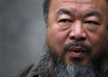 O dissidente político chinês, Ai Weiwei, responde perguntas em entrevista em seu estúdio, em Pequim. No domingo Ai Weiwei inicia sua primeira grande exposição nos EUA, incluindo algumas imagens ostensivamente políticas, como a do seu cérebro sangrando por causa de uma agressão policial. 27/09/2012 REUTERS/David Gray