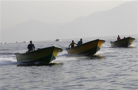 Iranian smugglers drive their boats near the Omani port of Khasab September 26, 2012. REUTERS/Ahmed Jadallah