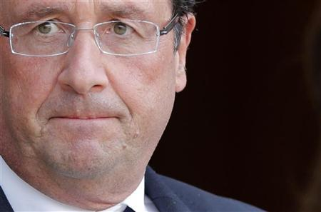 French President Francois Hollande arrives to speak with journalists at the Elysee Palace in Paris, October 1, 2012. REUTERS/Christian Hartmann