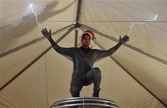 """Mágico David Blaine faz demonstração de sua próxima performance """"Electrified"""" durante briefing com a imprensa, em Nova York. 02/10/2012 REUTERS/Mike Segar"""