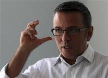 O vice-presidente do Facebook para a América Latina, Alexandre Hohagen, gesticula enquanto fala durante uma entrevista em São Paulo. 1/10/2012 REUTERS/Paulo Whitaker