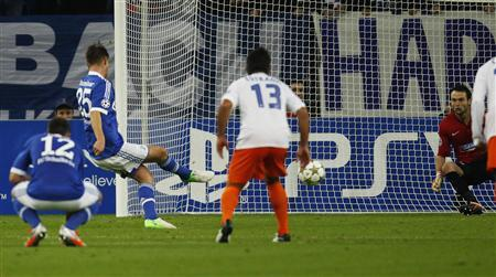 Schalke 04's Klaas Jan Huntelaar (2nd L) scores a penalty against Montpellier HSC during their Champions League Group B football match in Gelsenkirchen October 3, 2012. REUTERS/Ina Fassbender