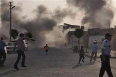 Улица города Акчакале после падения минометных снарядов, выпущенных с территории Сирии, 3 октября 2012 года. Турецкая артиллерия обстреляла в четверг объекты на сирийской территории у границы между двумя государствами в ответ на минометный огонь, унесший в среду жизни пяти турецких граждан. REUTERS/Rauf Maltas/Anadolu Agency