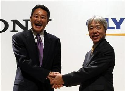 Sony Corp's President and Chief Executive Officer Kazuo Hirai (L) and Olympus Corp's President Hiroyuki Sasa shake hands after their joint news conference in Tokyo October 1, 2012. REUTERS/Toru Hanai