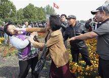 Демонстранты дерутся на акции протеста в Бишкеке 3 октября 2012. Киргизская милиция в четверг отправила за решетку троих депутатов, которые накануне возглавили толпу, штурмовавшую здание парламента и администрации президента в знак протеста по поводу крупнейшего золотого рудника, подконтрольного канадской компании. REUTERS/Vladimir Pirogov