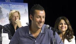 """Os atores Adam Sandler (C), David Spade (fundo) e Selena Gomez participam de coletiva de imprensa para promover o filme """"Hotel Transilvânia"""" durante o 37o Festival Internacional de Toronto. 08/09/2012 REUTERS/Fred Thornhill"""