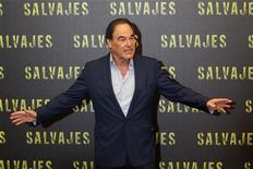 """O escritor e diretor Oliver Stone festicula ao chegar na coletiva de imprensa para apresentar seu filme """"Selvagens"""" no México, em julho. 10/07/2012 REUTERS/Edgard Garrido"""
