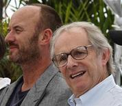 Membro do elenco Mark Womack (E) e o diretor Ken Loach durante sessão de fotos do filme Rota Irlandesa, em competição no Festival de Cannes, em maio de 2010. 21/05/2010 REUTERS/Yves Herman