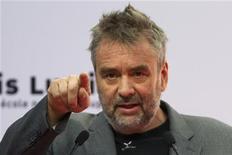 """Cineasta francês Luc Besson é visto nesta foto de 21 de setmebro durante inauguração do estúdio de cinema 'Cite du Cinema' em Saint-Denis, próximo a Paris. Besson (""""O Profissional"""") dominou faz tempo o espírito hollywoodiano de fazer filmes de ação, apesar da marca francesa que imprime a suas produções. Em 2008, quando produziu e roteirizou """"Busca Implacável"""", comprovou mais uma vez o fato em uma história característica, tanto na forma quanto no conteúdo, dos thrillers tão caros ao universo de Hollywood. 21/09/2012 REUTERS/Charles Platiau"""