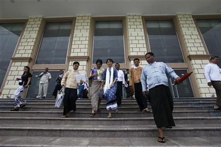Myanmar's pro-democracy leader Aung San Suu Kyi leaves the building after attending the session of the Lower house of country's Parliament in Naypyitaw August 6, 2012. REUTERS/Soe Zeya Tun
