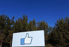 """Гигантский макет используемой в соцсети Facebook кнопки """"like"""" у штаб-квартиры компании в Менло-Парк, Калифорния, 11 января 2012 года. Число активных пользователей социальной сети Facebook Inc достигло 1 миллиарда в месяц, сообщила интернет-компания в четверг. REUTERS/Robert Galbraith"""