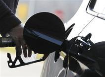 Водитель заправляет автомобиль в Брюсселе, 8 марта 2011 года. Нефть дешевеет, но цены почти не изменятся по итогам недели на фоне напряженности на Ближнем Востоке и опасений за рост мировой экономики. REUTERS/Yves Herman