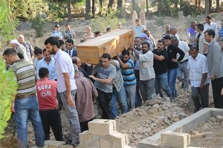 Relatives carry the coffin of a victim who was killed by a mortar bomb, during a funeral procession at a cemetery in the border town of Akcakale, southern Sanliurfa province, October 4, 2012. REUTERS/Stringer