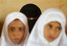 Учащиеся в хиджабах на занятиях в селении аль-Зайлаеа на западе Йемена 11 марта 2012. Десятки человек травмированы в пятницу результате столкновений полиции и демонстрантов в Баку, требовавших разрешить ношение хиджаба в школах светского государства, где большинство девятимиллионного населения исповедует ислам. REUTERS/Khaled Abdullah