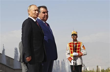 Russia's President Vladimir Putin (L) and his Tajik counterpart Imomali Rakhmon (2nd L) take part in a welcoming ceremony during their meeting in Dushanbe, October 5, 2012. REUTERS/Mikhail Klimentyev/RIA Novosti/Pool