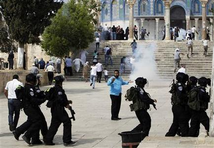 Muslim worshippers run as tear gas fired by Israeli policemen rises during clashes with stone-throwing Palestinian protesters outside al-Aqsa mosque in the compound known to Muslims as Noble Sanctuary and to Jews as Temple Mount in Jerusalem's Old City October 5, 2012. REUTERS/Ammar Awad