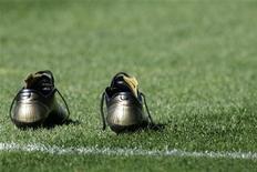 Бутсы игрока на стадионе в Барселоне, 8 марта 2007 г. Матчи чемпионатов России, Украины, Испании, Англии, Германии, Италии, Франции и Нидерландов пройдут в выходные.