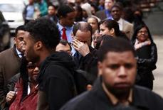Очередь из соискателей работы на ярмарку ваканский в Нью-Йорке, 12 апреля 2012 года. Уровень безработицы в США снизился почти до четырехлетнего минимума 7,8 процента в сентябре, вероятно, укрепив шансы президента Барака Обамы на переизбрание. REUTERS/Lucas Jackson