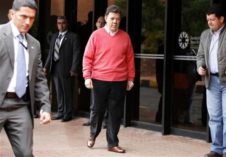 Colombian President Juan Manuel Santos walks during a news conference at a hospital in Bogota October 6, 2012. REUTERS/Fredy Builes