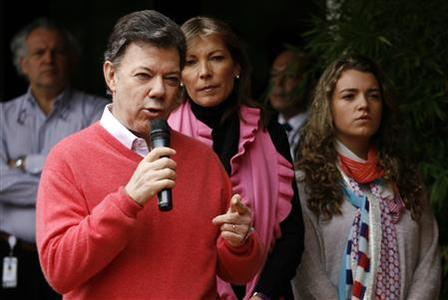 Colombian President Juan Manuel Santos speaks during a news conference at a hospital in Bogota October 6, 2012. Santos was released from the hospital on Saturday after a successful surgery to remove a cancerous prostate. REUTERS/Fredy Builes