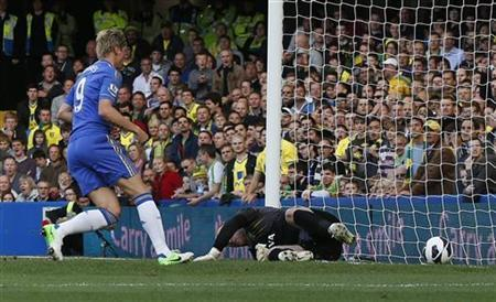 Chelsea's Fernando Torres scores against Norwich City's goalkeeper John Ruddy during their English Premier League soccer match at Stamford Bridge in London October 6, 2012. REUTERS/Suzanne Plunkett