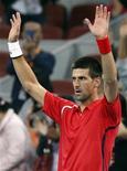 Tenista Novak Djokovic, acena para platéria após vencer partida semi-final pelo Torneio de Pequim, na China. Djokovic derrotou neste sábado o alemão Florian Mayer para chegar à final da competição de tênis contra o francês Jo-Wilfried Tsonga. 06/10/2012 REUTERS/David Gray