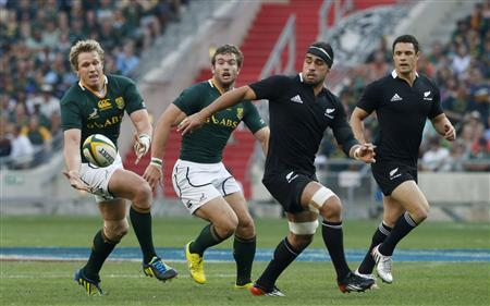 South Africa's Jean de Villiers battles to control the ball during their Rugby Championship union test match against New Zealand in Soweto October 6, 2012. Chasing are South Africa's Jaco Taute (2nd L) and New Zealand's Liam Messam and Dan Carter (R). REUTERS/Mike Hutchings