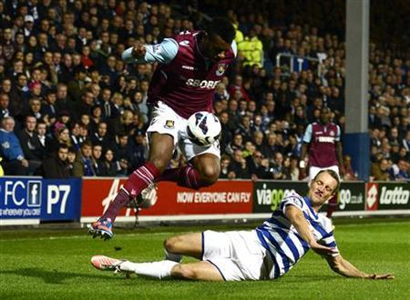 Queens Park Rangers' Clint Hill (R) challenges West Ham United's Ricardo Vaz Te during their English Premier League soccer match at Loftus Road in London October 1, 2012. REUTERS/Dylan Martinez