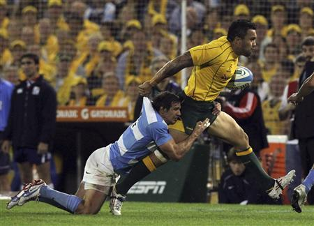 Marcelo Bosch (L) of Argentina's Los Pumas tackles Ben Tapuai of Australia's Wallabies during their Rugby Championship match in Rosario October 6, 2012. REUTERS/Enrique Marcarian