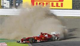 Piloto da Ferrari, Fernando Alonso, perde controle de seu carro na primeira volta do circuito de Suzuka, no Japão. Ainda líder do campeonato de Fórmula 1, Alonso saiu do Grande Prêmio do Japão segundos após a largada na madrugada deste domingo. 07/10/2012 REUTERS/Issei Kato
