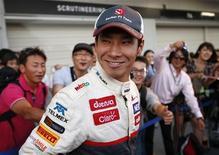 Piloto de Fórmula 1, Kamui Kobayashi, caminha para o pódio após final da corrida no circuito de Suzuka, no Japão. O terceiro lugar teve gosto de vitória para Kobayashi, que comemorou seu primeiro pódio na F1 diante de torcedores japoneses que só haviam testemunhado tal evento uma vez em sua terra natal. 07/10/2012 REUTERS/Toru Hanai