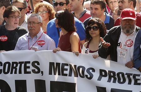 Spain's biggest labour union Comisiones Obreras (CCOO) General Secretary Ignacio Fernandez Toxo (2nd L) and General Workers Union (UGT) leader Candido Mendez (R) attend a protest against further tax hikes and austerity cuts in Madrid October 7, 2012. REUTERS/Andrea Comas