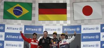 Pilotos de F1 Felipe Massa (E), Sebastian Vettel (C) e Kamui Kobayashi (D) comemoram durante cerimônia de premiação do GP do Japão no circuito de Suzuka. Massa aumentou suas chances de continuar na Ferrari com seu primeiro pódio em dois anos neste domingo, enquanto o campeão Fernando Alonso viu sua disputa pelo título sofrer um grande revés. 07/10/2012 REUTERS/Issei Kato