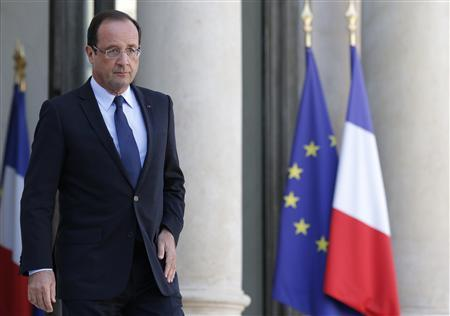 French President Francois Hollande arrives for a statement on the steps of the Elysee Palace, after a meeting with the heads of France's Jewish Associations, in Paris, October 7, 2012. REUTERS/Christian Hartmann