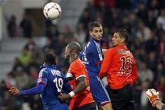 Maxime Gonalons (C), do Olympique Lyon, passa a bola à frente de Jeremie Aliadiere, do FC Lorient durante o Campeonato Francês. Ex-atacante do Arsenal, Jérémie Aliadière fez o gol que manteve o Lorient invicto no Campeonato Francês no empate de 1 x 1 com o Olympique Lyon em casa, neste domingo. 07/10/2012 REUTERS/Stephane Mahe
