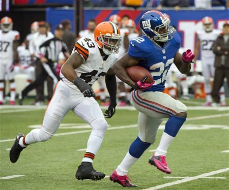 New York Giants running back David Wilson (22) breaks loose past Cleveland Browns strong safety T.J. Ward (43) to score a touchdown in the fourth quarter of their NFL football game in East Rutherford, New Jersey, October 7, 2012. REUTERS/Ray Stubblebine