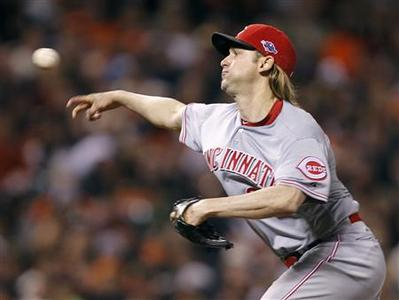 Cincinnati Reds starting pitcher Bronson Arroyo pitches against the San Francisco Giants in the 5th inning of Game 2 in their MLB NLDS playoff baseball series in San Francisco, California October 7, 2012. REUTERS/Robert Galbraith