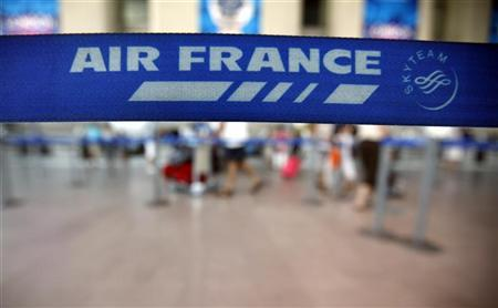 Passengers check-in at an Air France counter in Nice International airport July 26, 2012. REUTERS/Eric Gaillard