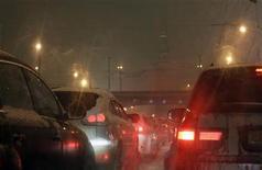Автомобильная пробка около Кремля во время сильного снегопада в Москве, 19 февраля 2010 года. Рынок легковых и легких коммерческих автомобилей в РФ вырос в сентябре 2012 года на 10 процентов в годовом исчислении до 259.582 штук, сообщила Ассоциация европейского бизнеса (АЕБ) в понедельник. REUTERS/Denis Sinyakov