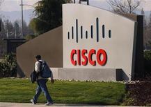 Pedestre caminha em frente ao logo da Cisco no campus de San Jose, Califórnia. A Cisco encerrou uma longa parceria de vendas com a ZTE após investigar as acusações de que a fabricante chinesa de equipamentos de telecomunicação vendeu equipamentos de rede da Cisco ao Irã. 03/02/2010 REUTERS/Robert Galbraith