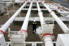 Рабочий проводит плановую проверку на диспетчерской станции турецкой компании Petroleum and Pipeline Corporation, расположенной в 35 километрах к западу от Анкары, 5 января 2009 года. Российский газоэкспортный монополист - Газпром более чем наполовину увеличил поставки газа в Турцию из-за взрыва на иранском газопроводе, сообщил концерн в понедельник. REUTERS/Umit Bektas