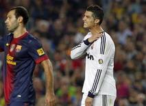 Cristiano Ronaldo, do Real Madrid, faz careta após cair no chão durante a partida da primeira divisão espanhola contra o Barcelona. Ronaldo machucou o ombro esquerdo numa tentativa de bicicleta durante o segundo tempo do clássico de domingo contra o Barcelona, que terminou empatado em 2 x 2. Apesar de ter sentido um desconforto, ele continuou em campo até o final da partida. 07/10/2012 REUTERS/Albert Gea