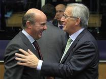 Spain's Economy Minister Luis de Guindos (L) talks with his Luxembourg counterpart Jean-Claude Juncker (R) during a meeting of the Board of Governors of the European Stability Mechanism (ESM) ahead of a eurozone finance ministers meeting in Luxembourg October 8, 2012. REUTERS/Yves Herman