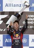 Piloto de Fórmula 1, Sebastian Vettel comemora primeiro lugar no GP de Tóquio. A batalha pelo título da Fórmula 1 está se transformando em um duelo entre Fernando Alonso, da Ferrari, e Sebastian Vettel, da Red Bull, com os dois disputando a honra de ser o mais jovem tricampeão mundial. 07/10/2012 REUTERS/Kim Kyung-Hoon