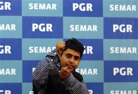 Suspect Salvador Alfonso Martinez Escobedo also known as ''El Ardilla'' (The Squirrel) gestures as he is presented to the media by Mexican marines at the Attorney General's headquarters in Mexico City October 8, 2012. REUTERS/Bernardo Montoya