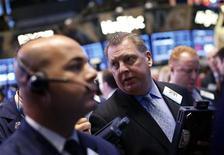 Трейдеры работают в торговом зале фондовой биржи в Нью-Йорке, 5 октября 2012 года. Акции США снизились в понедельник при небольшом объеме торгов, поскольку инвесторы ожидают слабых квартальных показателей компаний. REUTERS/Mike Segar